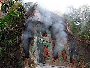 Incêndio atinge casarão abandonado no Centro Histórico de Salvador (Foto: Imagem/TV Bahia)