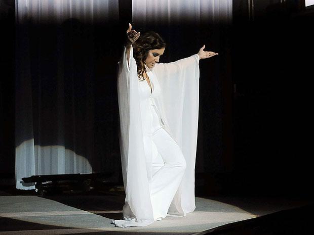 Maria Rita reverencia o público do Vivo Rio no show de abertura da turnê 'Viva Elis' (Foto: Alexandre Durão/G1)