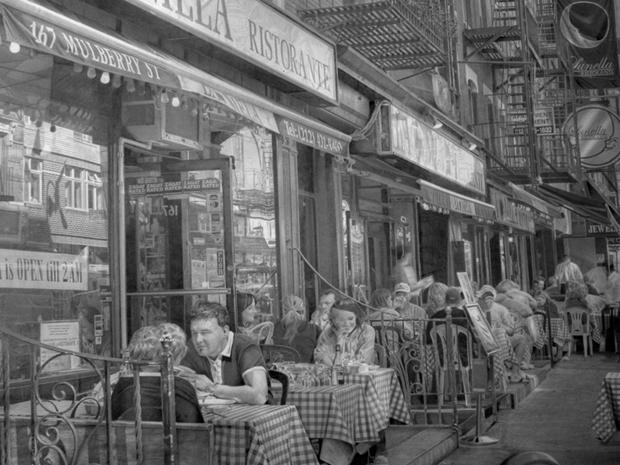 Calçada com restaurantes em Nova York é retratada em desenho feito pelo artista Paul Cadden (Foto: Paul Cadden/Plus One Gallery)