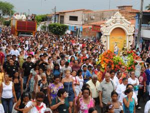 Multidão de fiés acompanhou a procissão pelas ruas da cidade (Foto: Oswaldo Ceará)