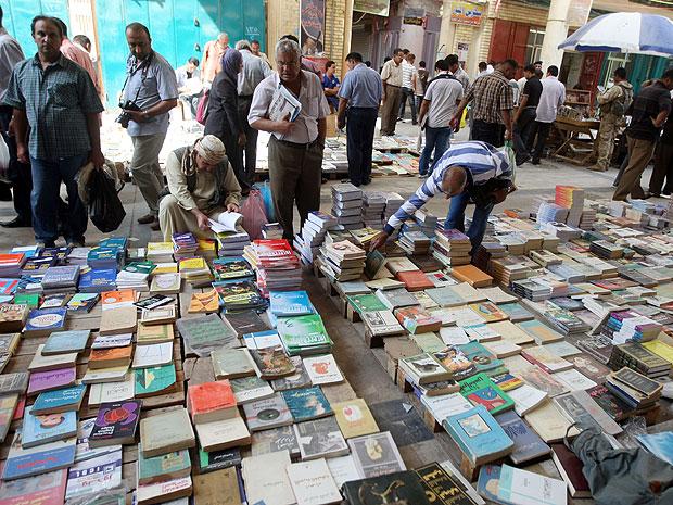 Registro da rua Mutanabi, na região central de Bagdá, feito em outubro de 2010.  Endereço tem cafés e comércio de livros de segunda mão (Foto: Ahmad Al-Rubaye/AFP)