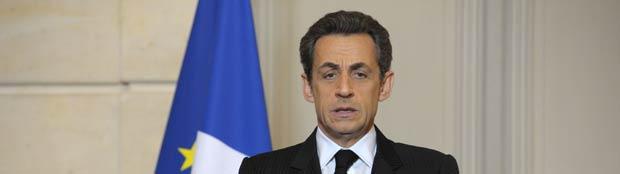 O presidente da França, Nicolas Sarkozy, fala sobre o ataque, nesta segunda-feira (19), no Palácio do Eliseu, em Paris (Foto: AP)