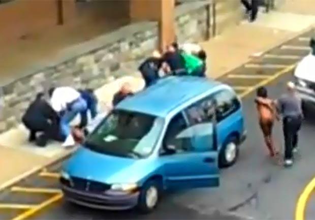 Família ficou nua em estacionamento de escola. (Foto: Reprodução)