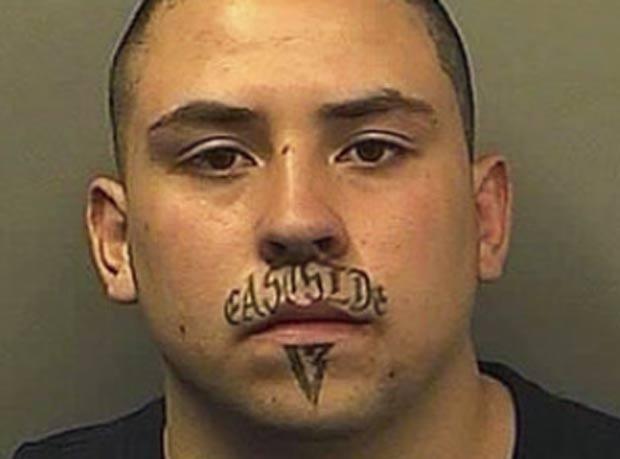 Anthony Brandon Gonzales foi preso após roubou uma casa em 2010 no estado do Colorado (EUA). Ele  foi reconhecido por sua tatuagem no rosto. Gonzales traz as palavras 'East Side' (lado leste, em Português) escritas no 'bigode' e o número 13 abaixo do lábio inferior. (Foto: AP)