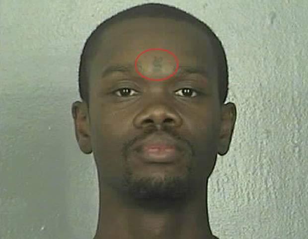 Em 2010, uma tatuagem inusitada que o norte-americano Elias Sedale Jones tem na testa ajudou a polícia de Newport News, no estado da Virgínia (EUA), a prendê-lo. Ele tatuou um cifrão entre os olhos. Jones foi preso acusado de falsificar cheques. (Foto: Divulgação)