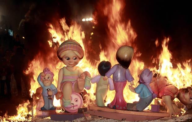 Bonecos de papel machê são queimados durante a festa de Las Fallas, em Valência, na Espanha, nesta segunda-feira (19) (Foto: AP)