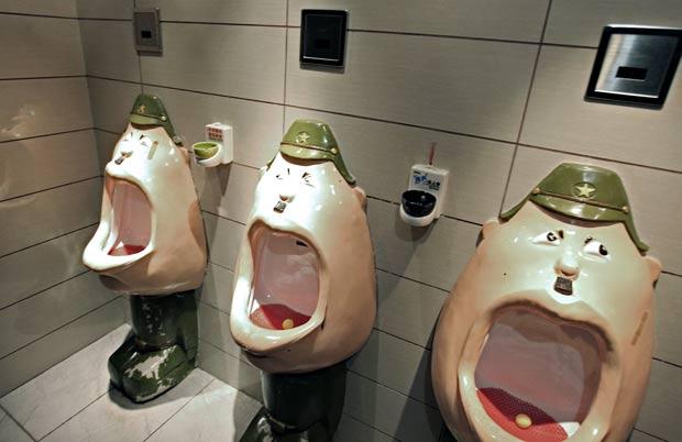 Urinóis mostram soldados japoneses ajoelhados e com as bocas bem abertas. (Foto: AFP)