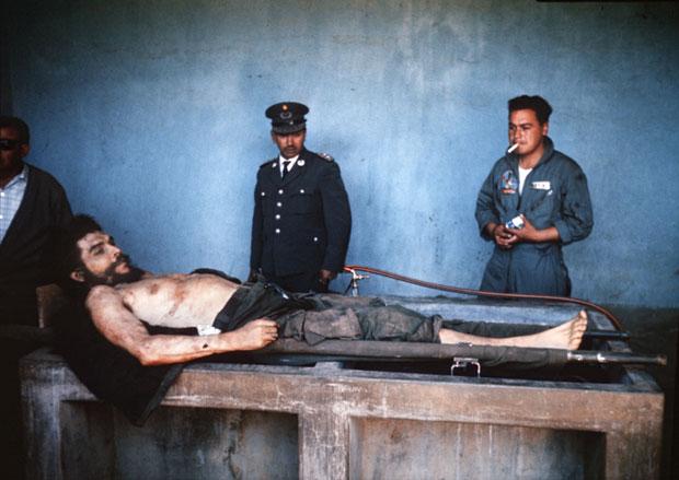 Foto do argentino Che Guevara, herói da revolução cubana, em seu leito de morte (Foto: Marc Hutten/AFP)
