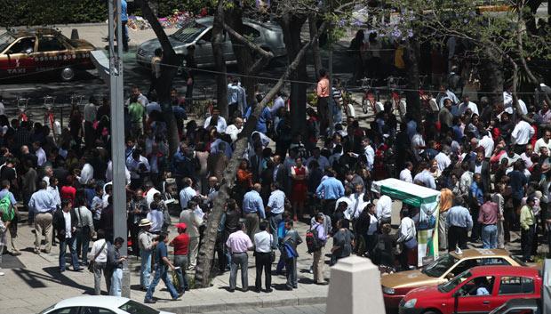 Moradores reúnem-se na Praça Angel de la Independencia, na Cidade do México, após deixarem prédios em seguida ao terremoto desta terça-feira (20) (Foto: AP)