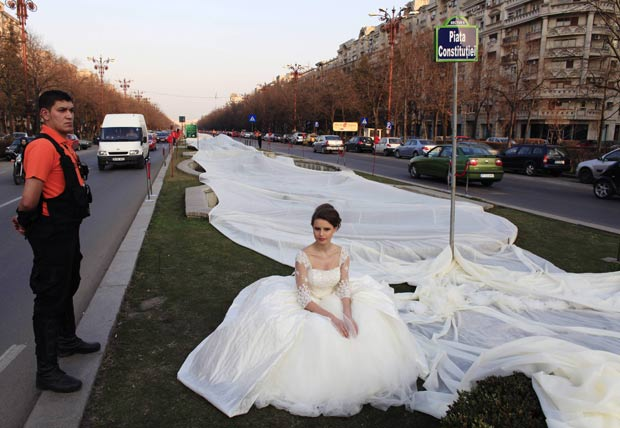 Vestido de noiva bateu recorde com uma cauda de 2.750 metros. (Foto: Radu Sigheti/Reuters)