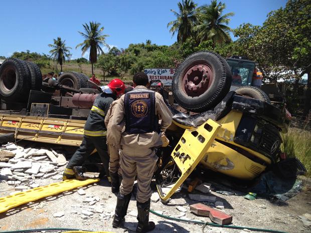 Caminhão capota na PB-008 na Paraíba (Foto: Walter Paparazzo/G1)