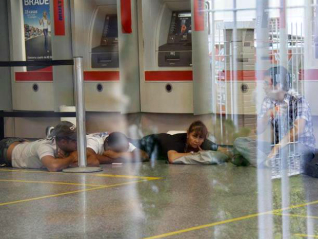 Clientes e funcionários foram feitos reféns por cerca de 15 minutos (Foto: Regis Capibaribe/Imagemtudo.com)