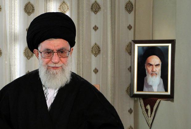 O aiatolá Ali Khamenei discursa nesta terça-feira (20) em Teerça, com um retrato de seu antecessor Ruhollah Khomeini ao fundo (Foto: AP)
