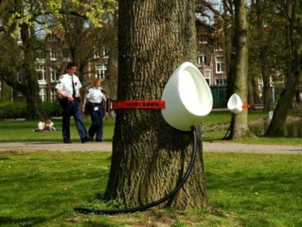 Sam van Veluw inventou um mictório que pode ser preso em árvores durante shows a céu aberto ou locais públicos. O designer holandês desenhou o P-Tree e propõe que o acessório substitua alguns banheiros químicos. (Foto: Reprodução/madebysam.nl)
