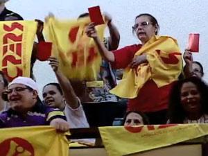 Professores manifestaram durante a sessão mostrando cartões vermelhos (Foto: Reprodução/RBS TV)
