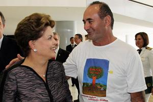 Dilma cumprimenta representante da Comissão Nacional de Educação do Campo, durante cerimônia no Palácio do Planalto (Foto: Roberto Stuckert Filho / Presidência)