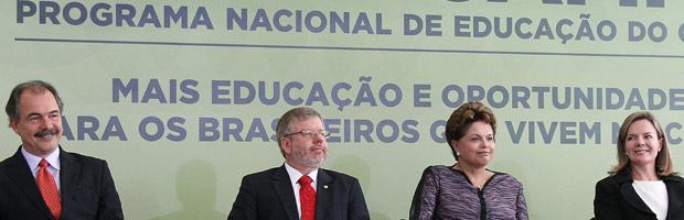 Ministro da Educação, Alozio Mercadante, presidente da Câmara, Marco Maia, a presidente Dilma e a ministra da Casa Civil, Gliei (Foto: Roberto Stuckert Filho / Presidência)