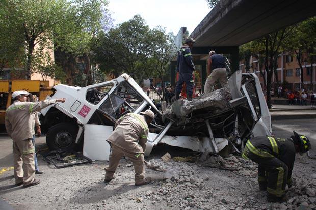 Bombeiros retiram parte de passarela que caiu sobre micro-ônibus após terremoto no México (Foto: Alexandre Meneghini / AP)