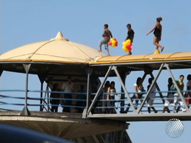 crianças andam no teto de passarela em salvador (Foto: Reprodução/TV Bahia)