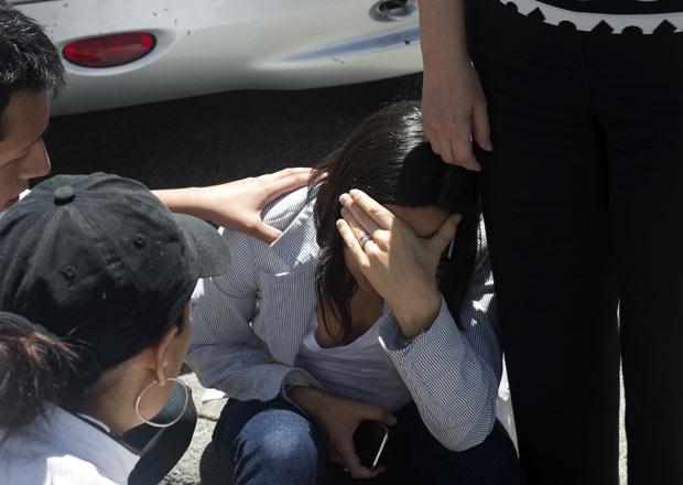 Mulher é confortada por colega minutos após o tremor sentido nesta terça-feira (20) na Cidade do México (Foto: AP)