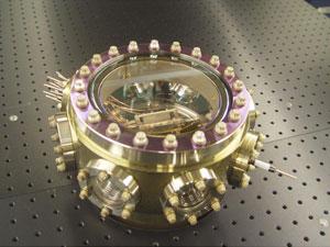 Câmera a vácuo onde funciona a aparelhagem do relógio atômico (Foto: Alexander Radnaev/Georgia Tech/Divulgação)
