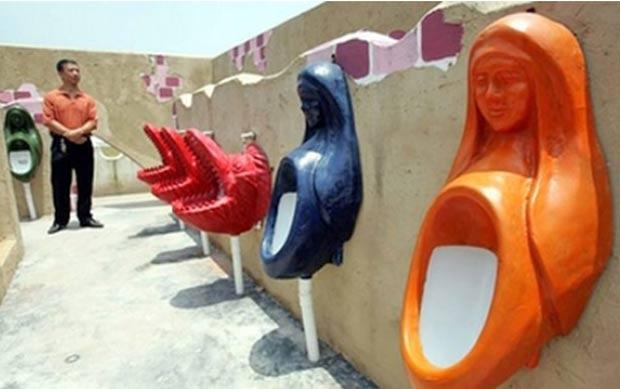 Em 2007, a cidade chinesa de Chongqing abriu um gigantesco banheiro. Alguns dos mictórios são criações exclusivas, incluindo as que imitam bocas de crocodilos abertas e outras em que há o busto de uma mulher com cara de santa no topo. (Foto: AP)