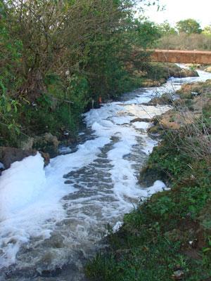 """Rio Verruga, em Vitória da Conquista (BA), foi analisado no primeiro levantamento da SOS Mata Atlântica e foi considerado """"péssimo"""" (Foto: Divulgação / SOS Mata Atlântica)"""