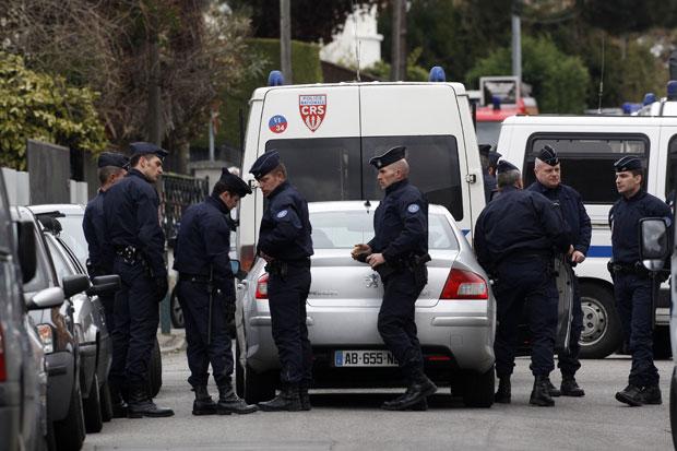 Policiais cercam o apartamento de Mohammed Merah em um bairro de Toulouse nesta quarta-feira (21) (Foto: Jean-Paul Pelissier/Reuters)