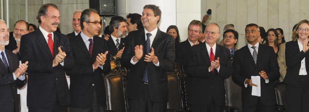 Autoridades e parlamentes durante a sessão do Dia Internacional da Síndrome de Down (Foto: Jane de Araújo / Agência Senado)