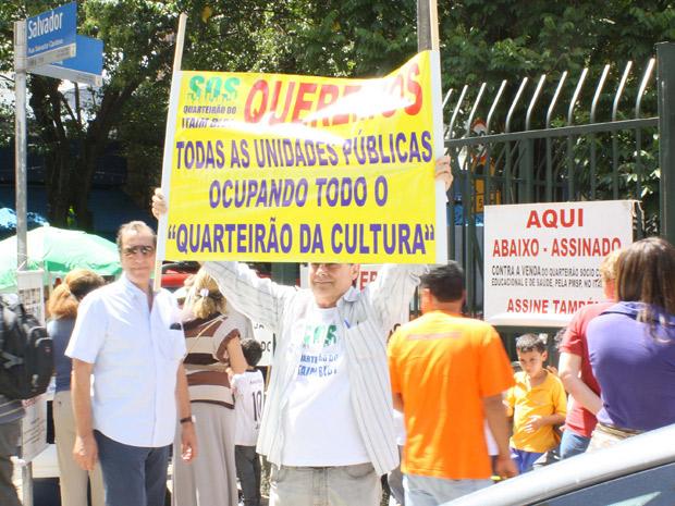 """Os moradores convocaram o ato para """"dar um abraço"""" no quarteirão e comemorar o adiamento (Foto: Marco Ambrósio/Futura Press/AE)"""