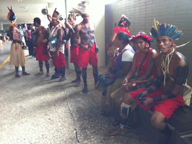 Após aprovação da proposta, grupo de índios tentou entrar na Câmara, mas foi barrado pelos seguranças (Foto: Felipe Néri / G1)