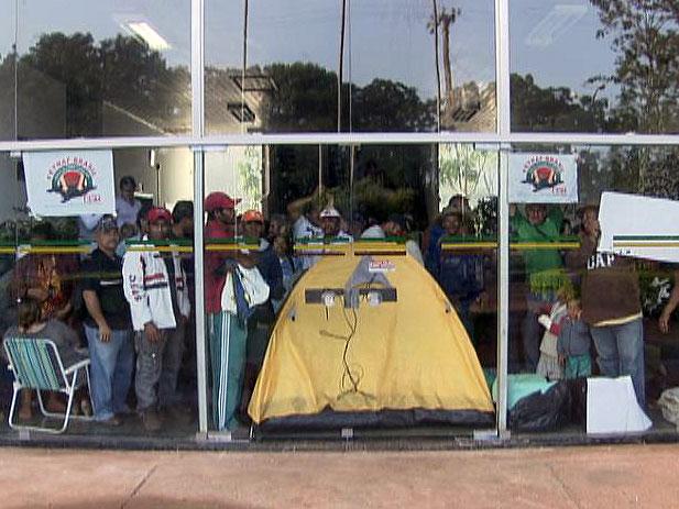Grupo de agricultores invade prédio da Secretaria de Agricultura no DF. (Foto: Reprodução/Tv Globo)
