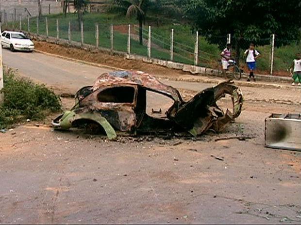Veículo queimado foi utilizado durante o protesto em Cariacica (Foto: Reprodução / TV Gazeta)