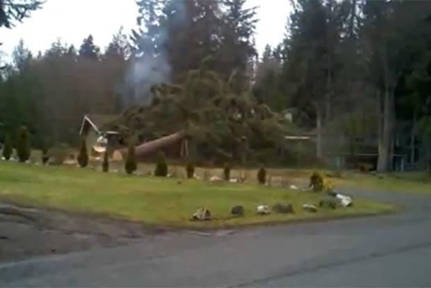 Queda destruiu a casa. (Foto: Reprodução/YouTube)