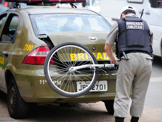 Após atropelamento, ciclista foi levado ao Hospital Cristo Redentor (Foto: Ronaldo Bernardi/Agência RBS)