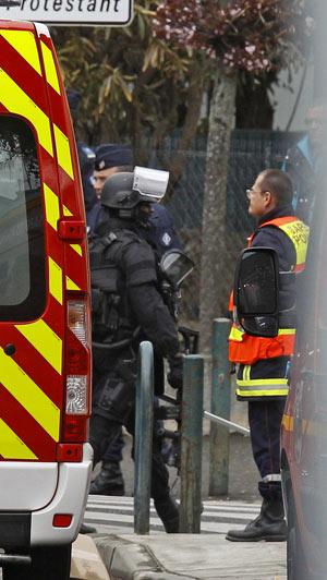 Policiais preparam-se para deixar o local do cerco após a ação na manhã desta quinta-feira (22) em Toulouse (Foto: AP)