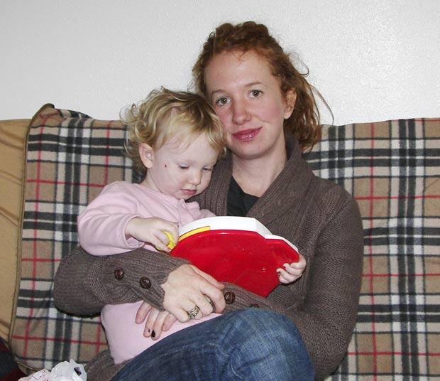 Emily Gillette ganhou ação após ser expulsa de voo porque estava amamentando a filha. (Foto: Emily Gillette/AP)