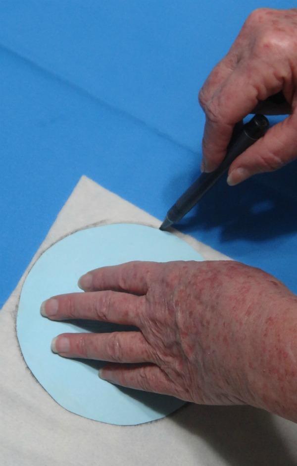 Marque o feltro com dois moldes redondos de tamanhos diferentes. Um será o corpo (15cm) e outro a cabeça (8cm) do coelhinho.