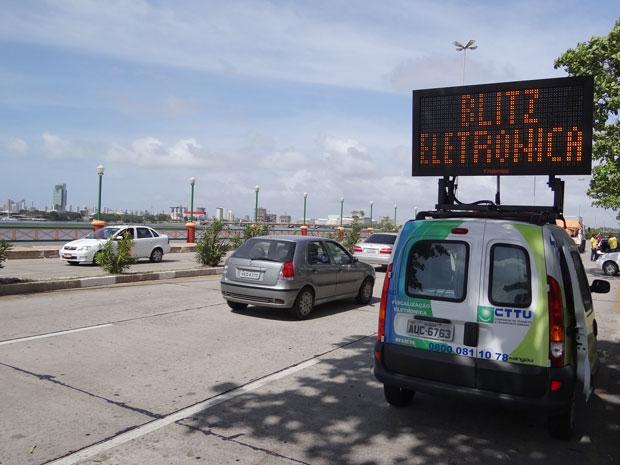 Novo sistema de fiscalização eletrônica móvel da CTTU no Recife. (Foto: Luna Markman/G1)