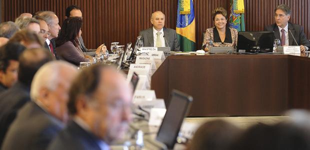 A presidente Dilma Rousseff, ao lado dos ministros da Fazenda, Guido Mantega (esq.) e do Desenvolvimento, Fernando Pimentel (dir.), em reunião com empresários no Palácio do Planalto (Foto: Wilson Dias / Ag. Brasil)