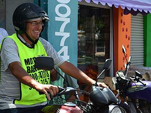 Fabiano Campezan diz que higieniza os capacetes todos os dias (Foto: Fabio Rodrigues/G1)