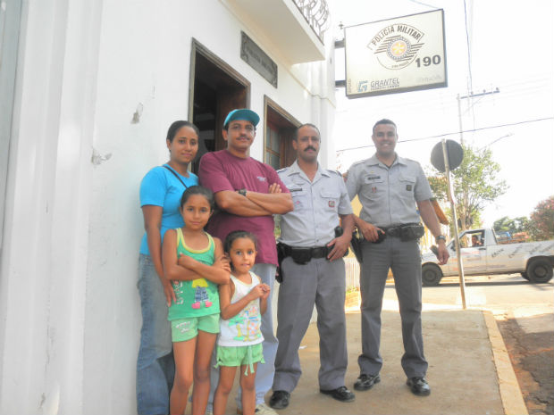 Amir e sua família visitaram a Polícia Militar da cidade (Foto: Polícia Militar/Cesário Lange)