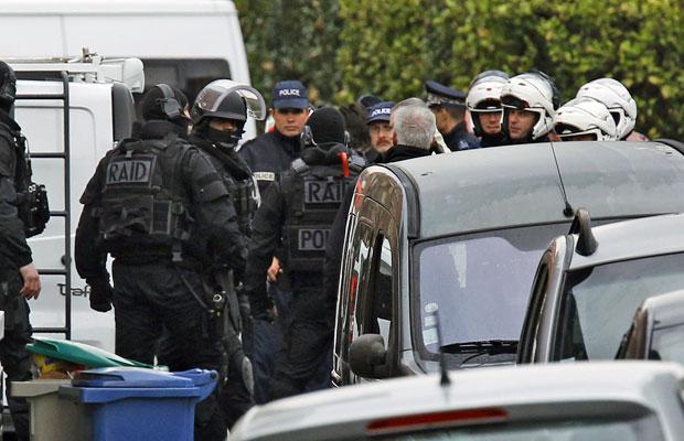 Força especial RAID, da França, monitora o entorno da casa de  Mohamed Merah (Foto: AP)