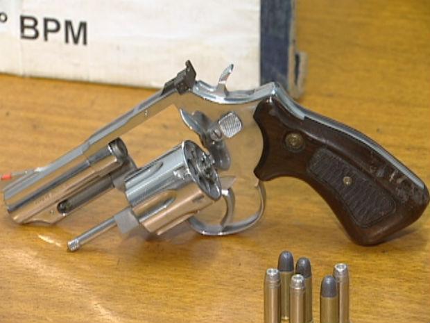 Polícia encontrou arma de uso restrito das Forças Armadas (Foto: Reprodução/TV Gazeta)