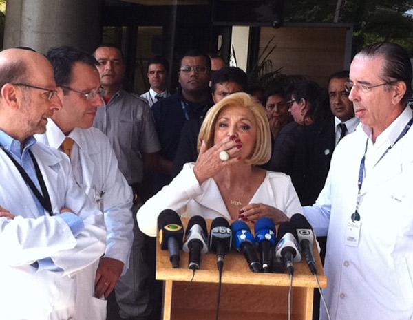 """Hebe manda beijo na porta do hospital; """"eu amo vocês"""", disse a apresentadora (Foto: Luciana Bonadio/G1)"""