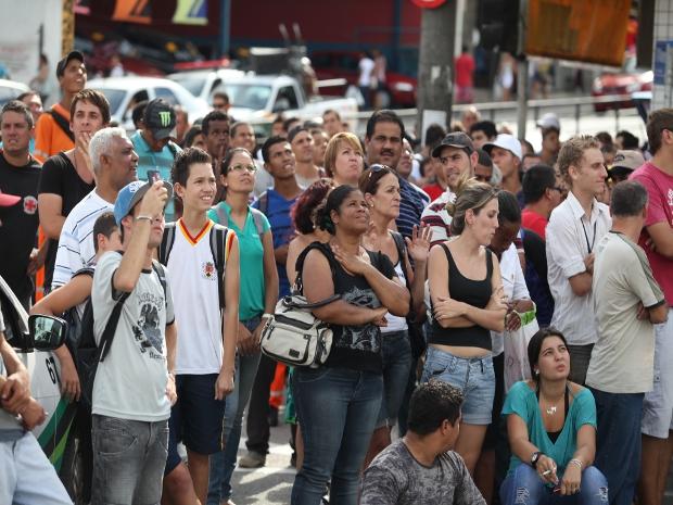 Muitas pessoas pararam para observar a movimentação dos bombeiros  (Foto: Gilson Hanashiro/Agência BOM DIA)