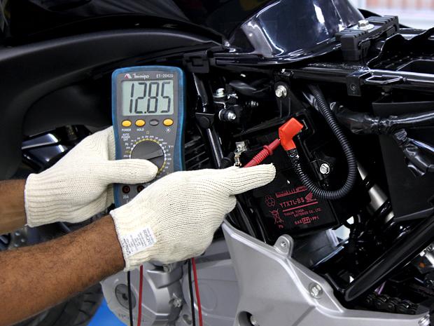 Bateria; moto; manutenção; (Foto: Rafael Miotto/ G1)