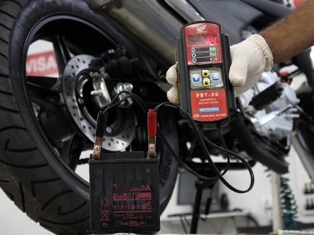 Este outra aparelho verifica se a carga da bateria está completa (Foto: Rafael Miotto/ G1)