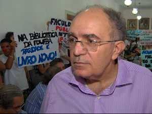 Estudantes fazem manifestação na reitoria da UFBA em Salvador (Foto: Ida Sandes/ G1)
