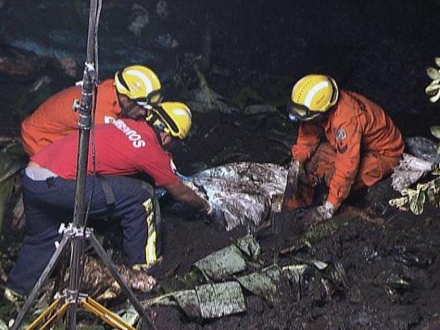 Uma mulher de 53 anos está desaparecida desde a noite desta quarta-feira (21) após um deslizamento de terras em um terreno na Colônia Agrícola Samambaia, em Vicente Pires, no Distrito Federal.  (Foto: Reprodução/Tv Globo)
